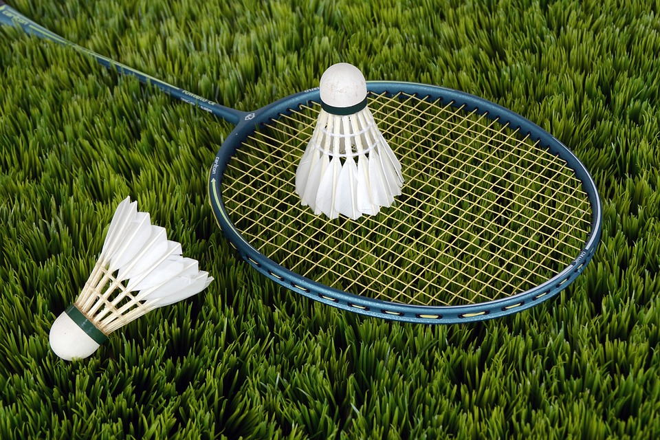 Køb badmintonsko til herrer og damer eller en badmintonketcher eksempelvis fra Yonex