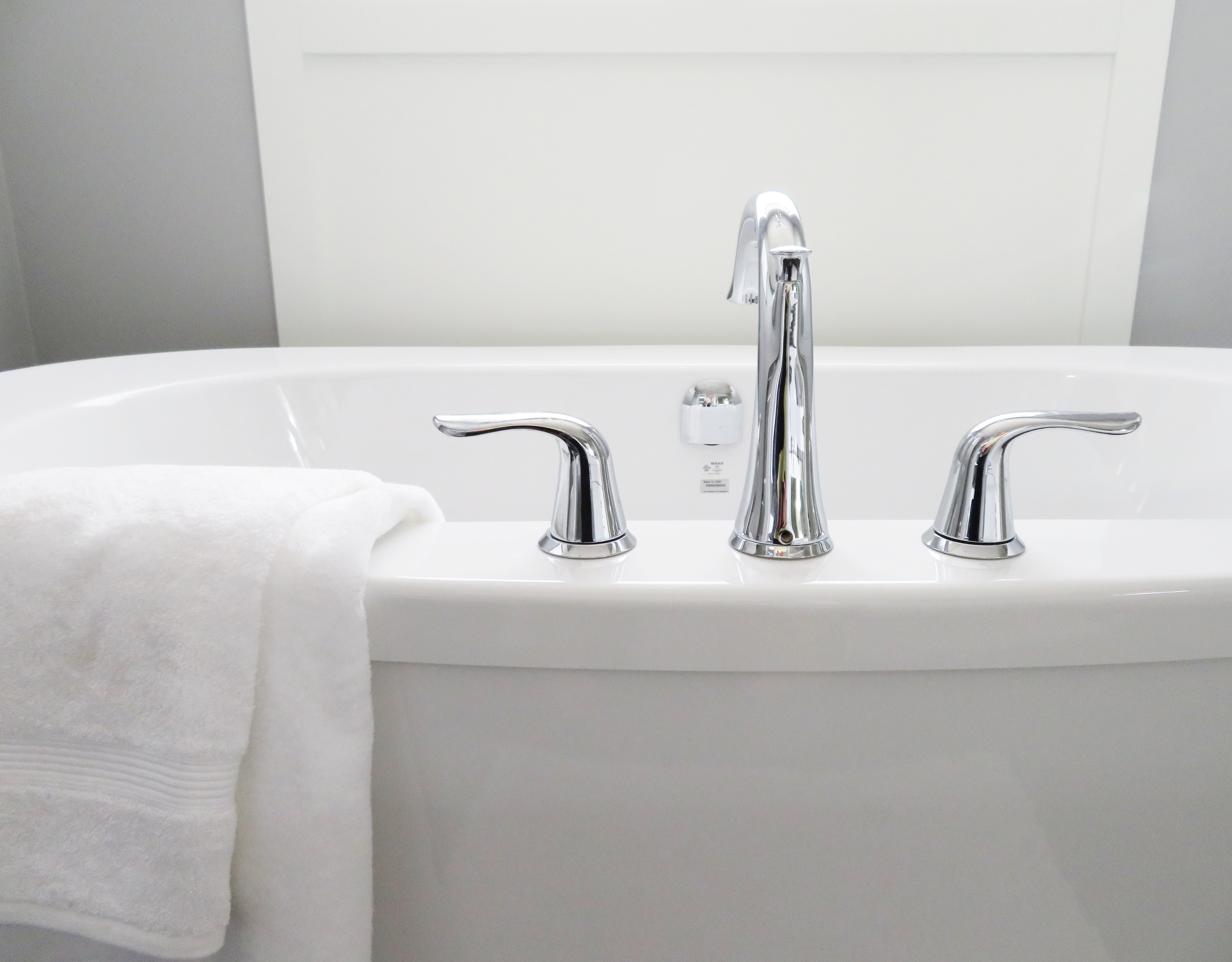 Find badeværelsesindretning og badeværelsesfliser til ethvert behov hos Nytbaderum.dk