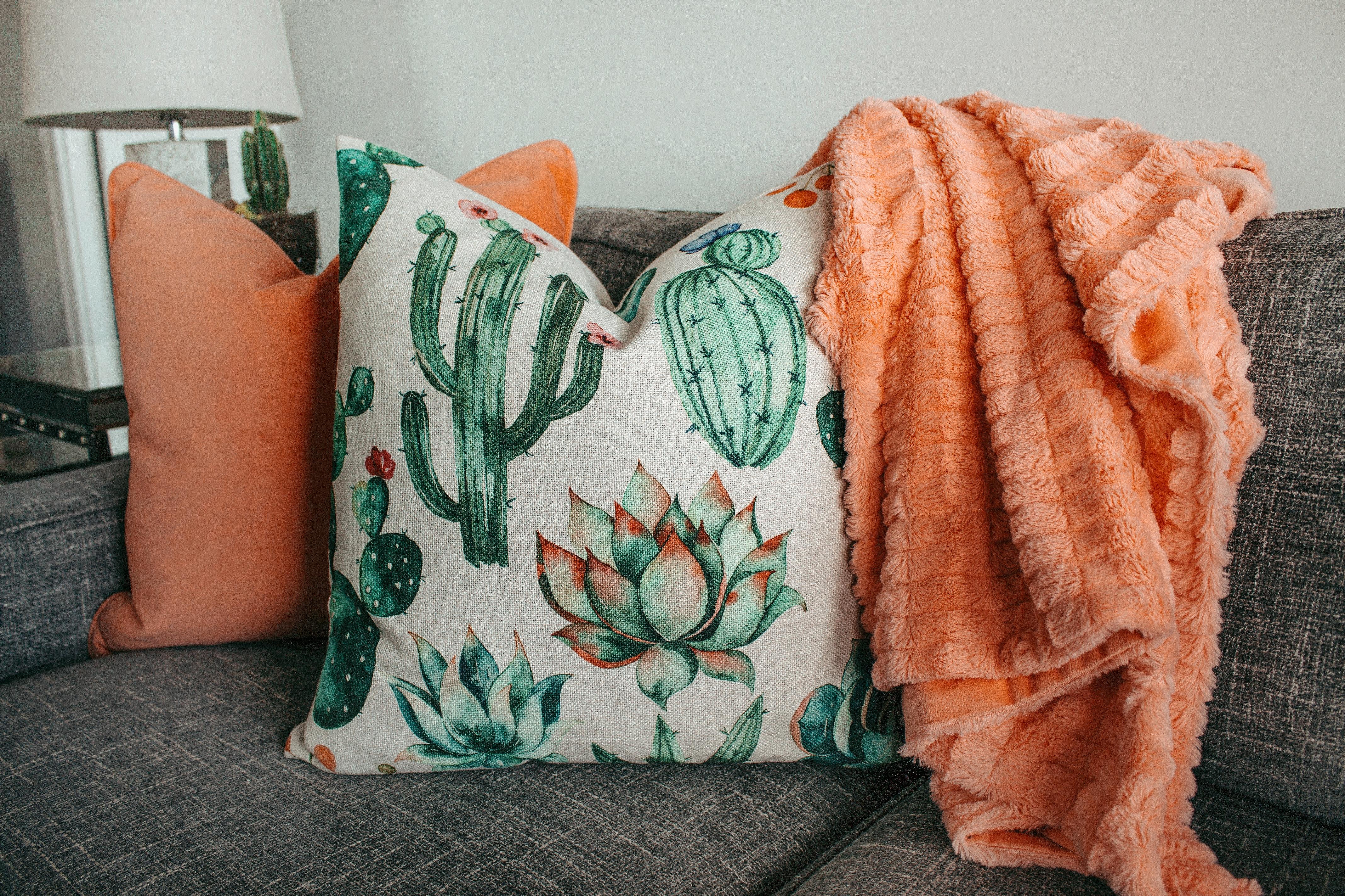 Veldesignede Rattan møbler og pyntepuder via tinekhome.com