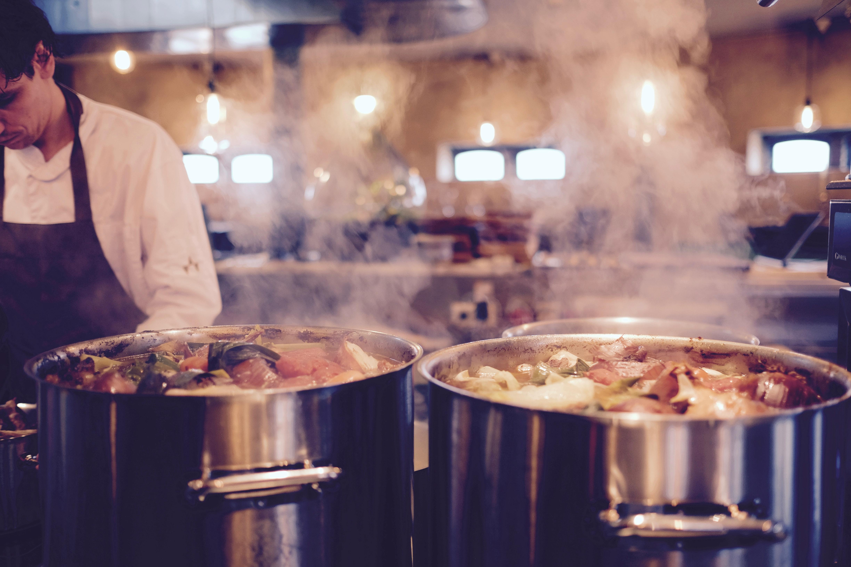 Opgrader køkkenskabet med en ny kasserolle eller stegegryde i høj kvalitet