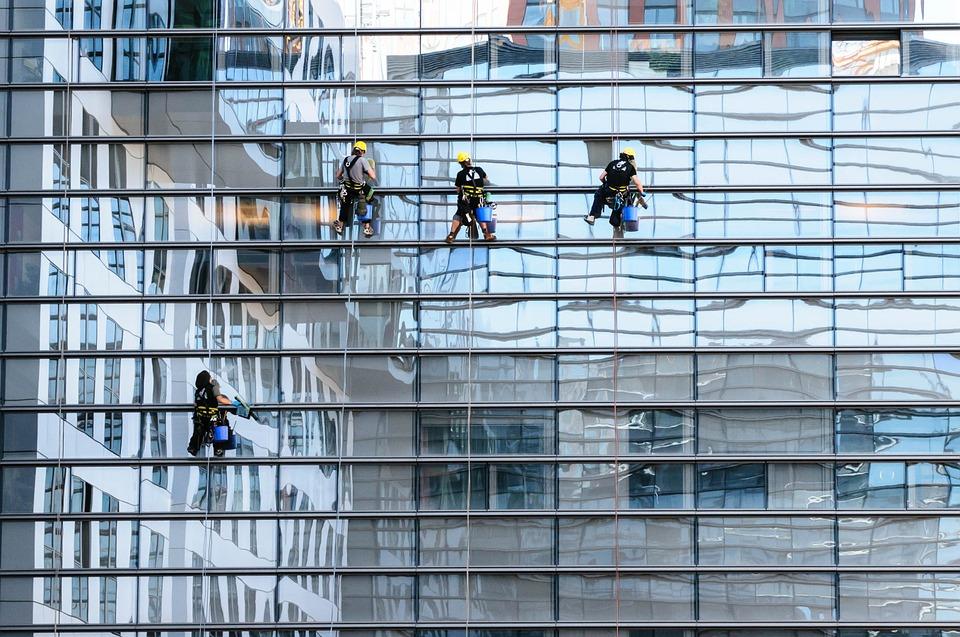 Hos Anders Andersens Rengøring tilbydes bl.a. kontorrengøring og vinduespolering