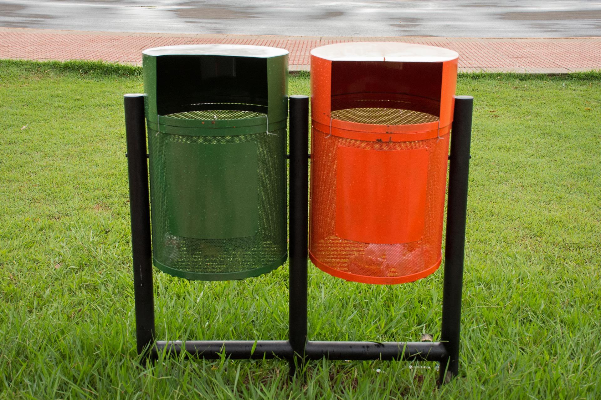 Her finder du bl.a. et betonbord og udendørs skraldespande til gode priser