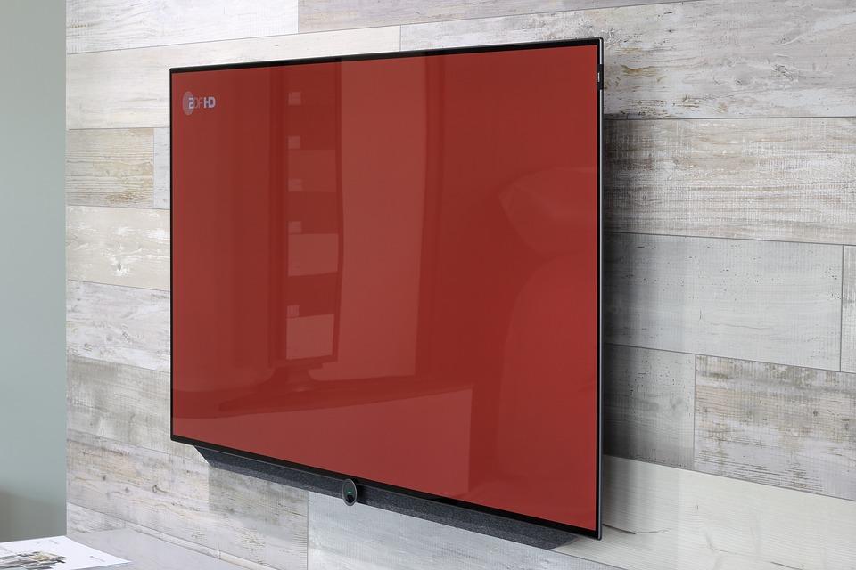 Bestil universal fjernbetjening og vægbeslag til store fladskærme